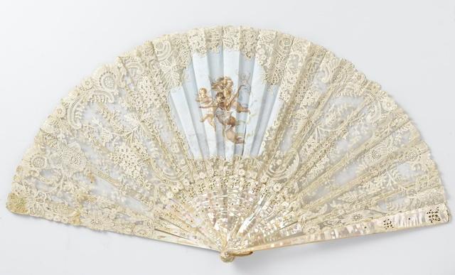 Vouwwaaier met een blad van tule, waarop klos- en naaldkant is geappliceerd en met tempera musicerende engelen zijn geschilderd, op een parelmoeren montuur