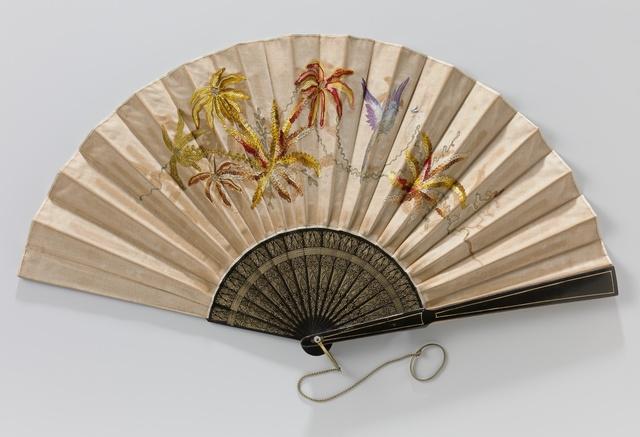 Vouwwaaier met geborduurd satijnen blad, waarop een vogel in tempera, op zwartgelakt houten montuur met goud versierde decoratie