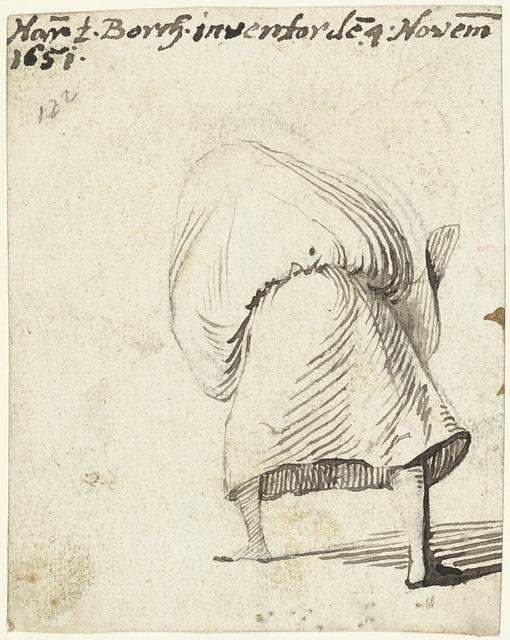 Vrouw met rok over haar hoofd, van achteren