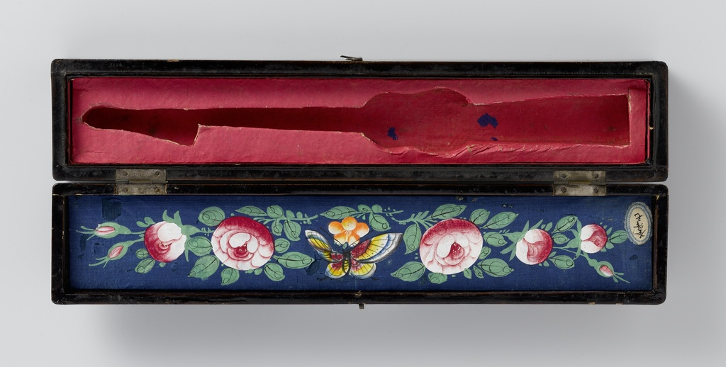 Waaierdoos van gelakt hout gevoerd met beschilderde stof en rood papier