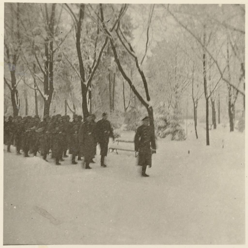 Wehrmachtsoldaten in besneeuwd bos