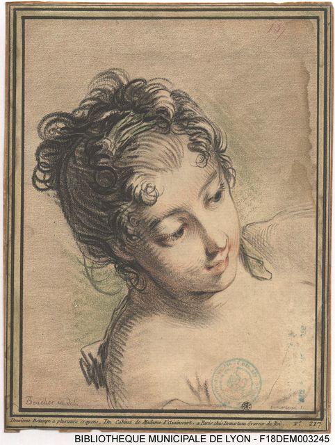 Buste de femme, de trois-quarts à droite, épaules nues, cheveux bouclés retenus par un ruban vert