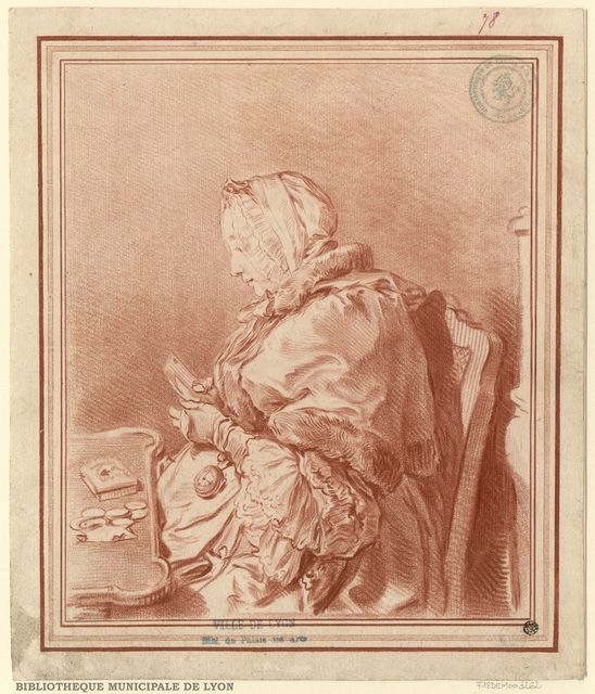 Une Dame grosse faisant un médiateur. Assise devant un petit bureau, à mi-corps, de profil à gauche, bonnet sur la tête, pélerine sur les épaules