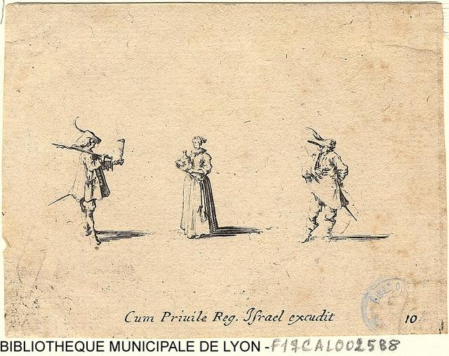 Une dame portant un flacon de vin entre deux hommes